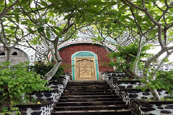 Wisata Religi di Makam Sunan Mumbul dan Kagumi Keindahan Istana Taman Ujung